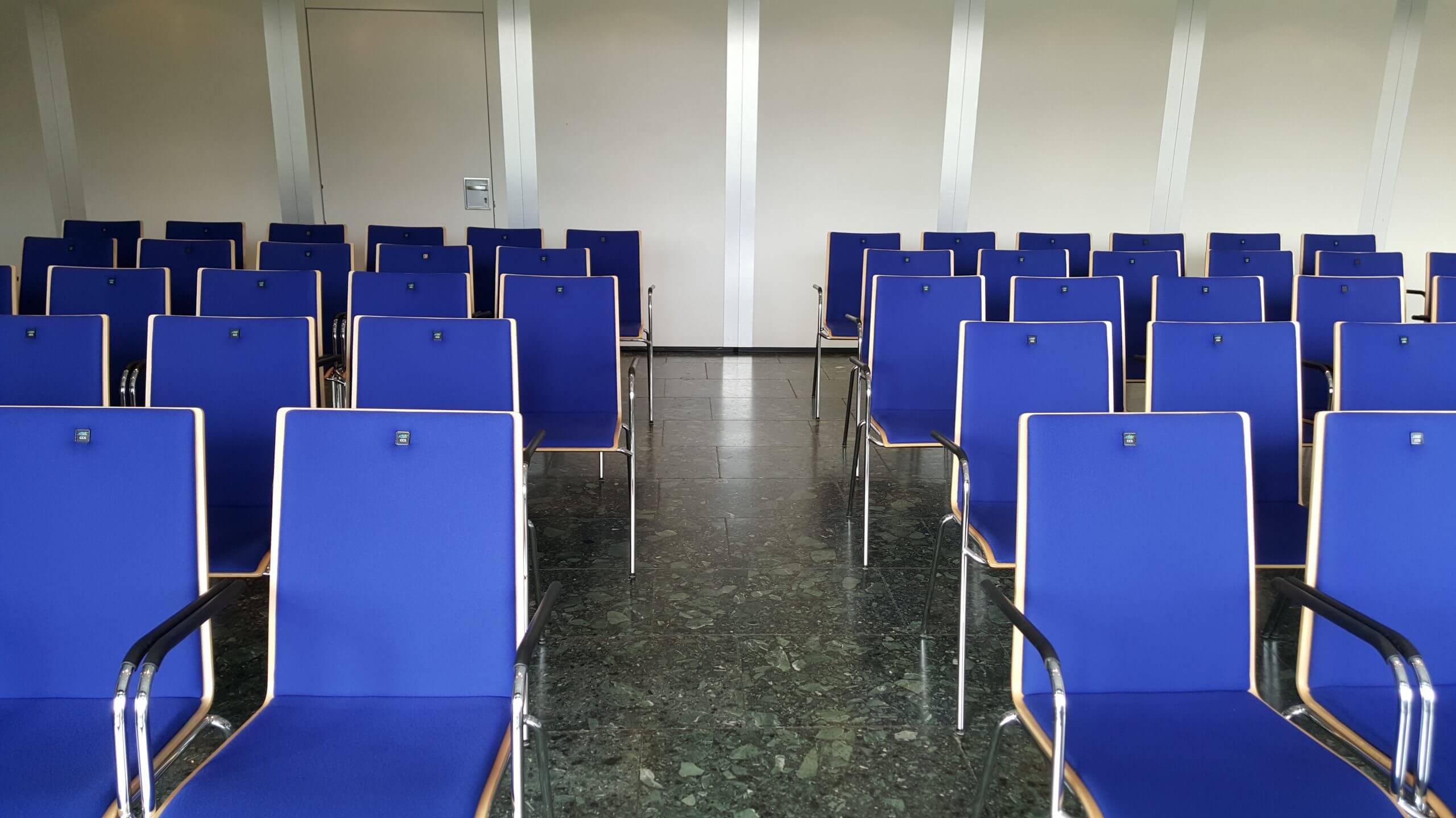 Konferenzraum 3 in der Congresshalle in Reihenbestuhlung mit Mittelgang