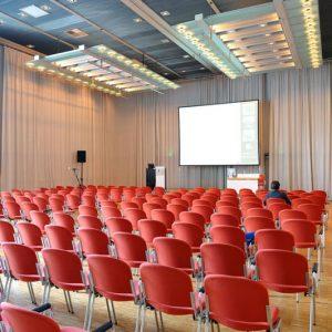 Saal West in der Congresshalle in einer Raumvariation in Reihenbestuhlung Vorstandstisch Leinwand