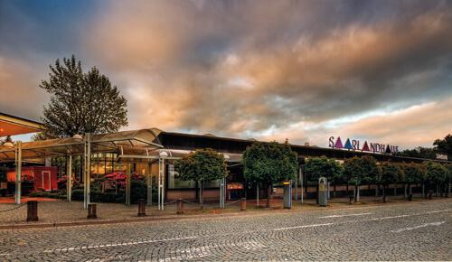 Saarlandhalle Saarbruecken mit dunklen Wolken