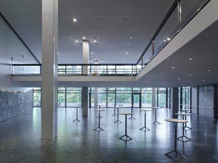 Foyer West in der Congresshalle mit Stehtischen und Blickrichtung zur Saar