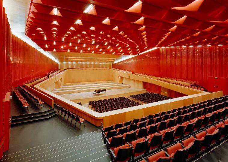 Grosser Saal der Congresshalle in Reihenbestuhlung mit Fluegel auf der Buehne