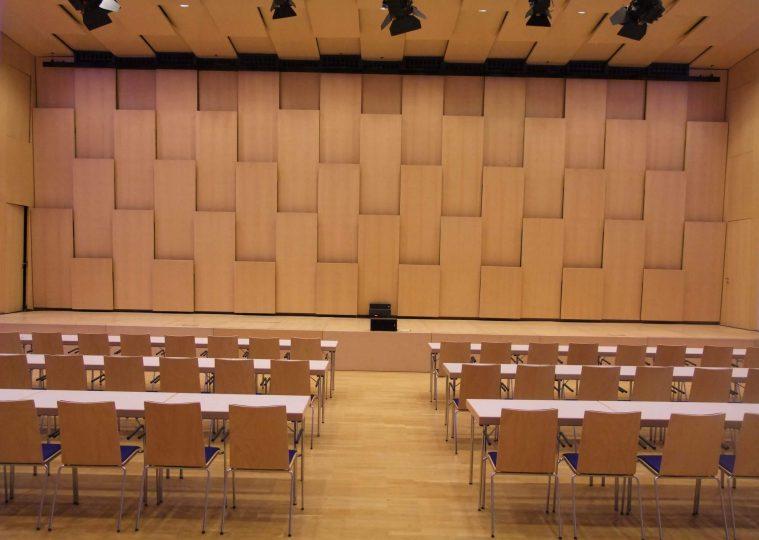 Saal Ost in der Congresshalle in parlamentarischer Bestuhlung mit Blickrichtung Buehne