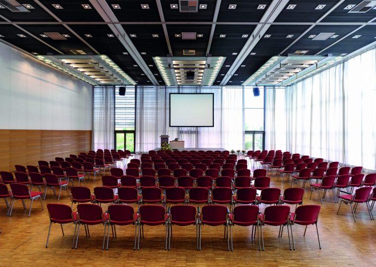 Saal West Variante Nord klein in der Congresshalle in Reihenbestuhlung mit Podest und Rednerpult und Leinwand