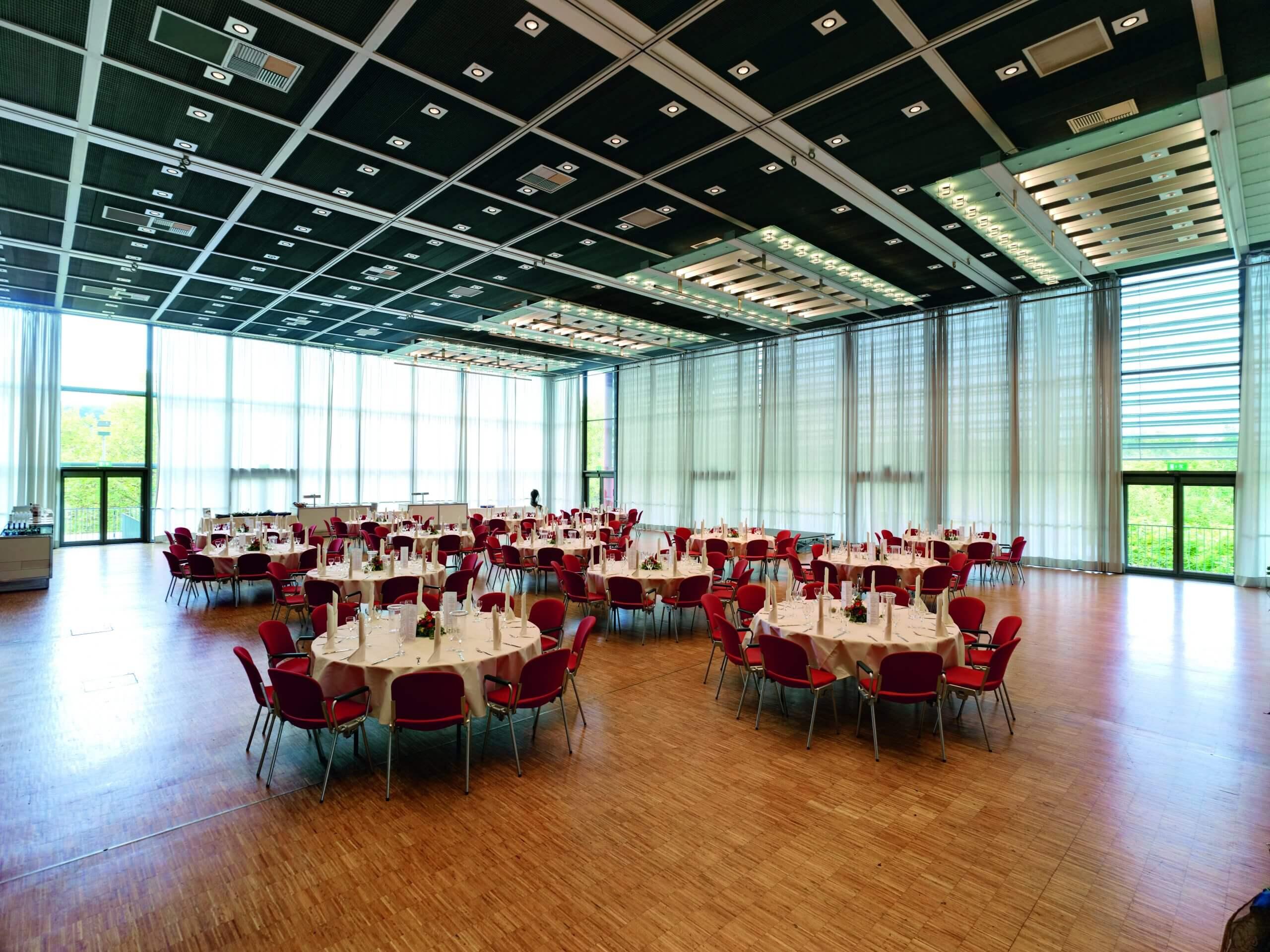 Saal West Variante Süd gross in der Congresshalle in Bankettbestuhlung mit runden Tischen und zehn Stuehlen