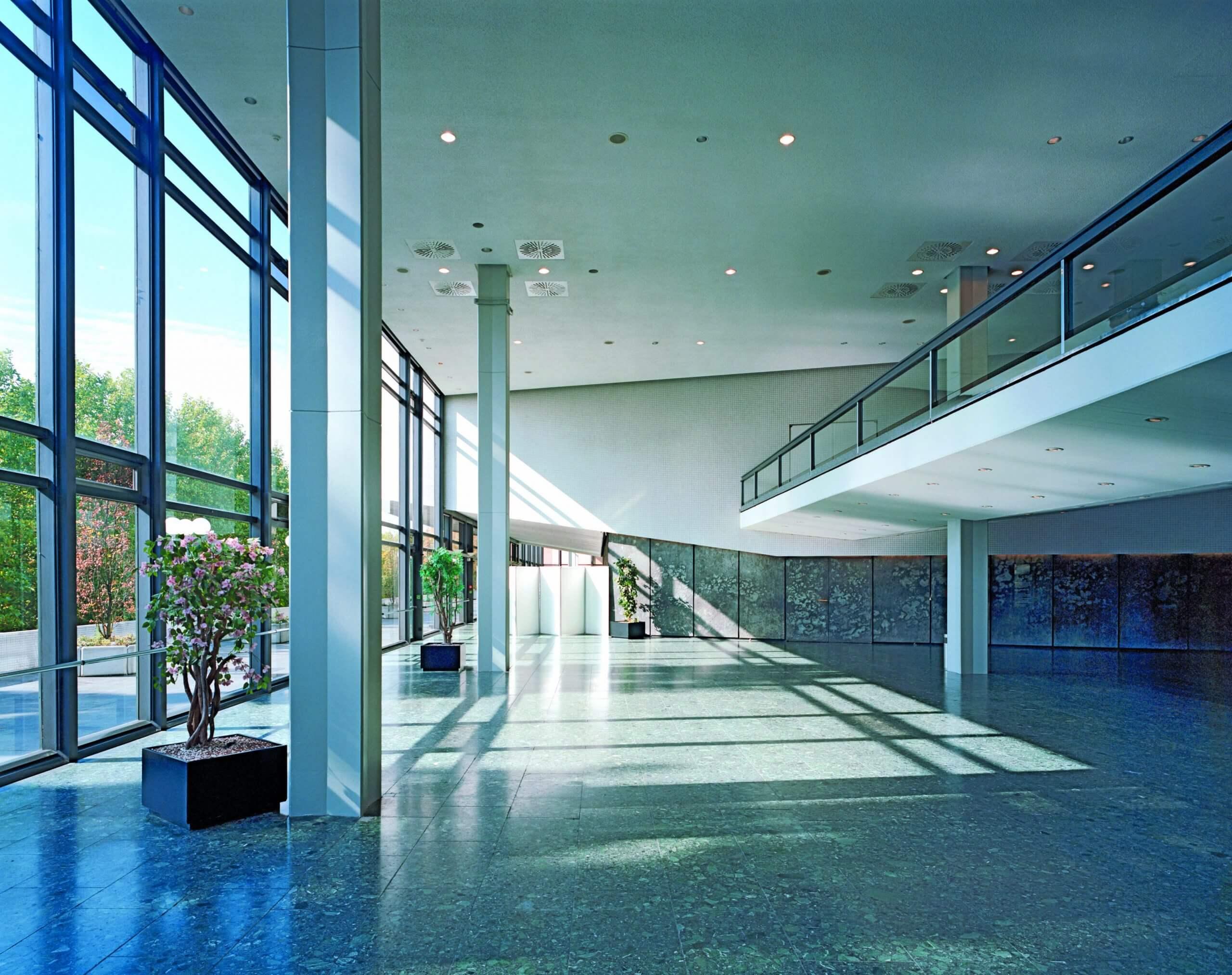 Grosses Foyer Ost in der Congresshalle Festerfront zur Saar