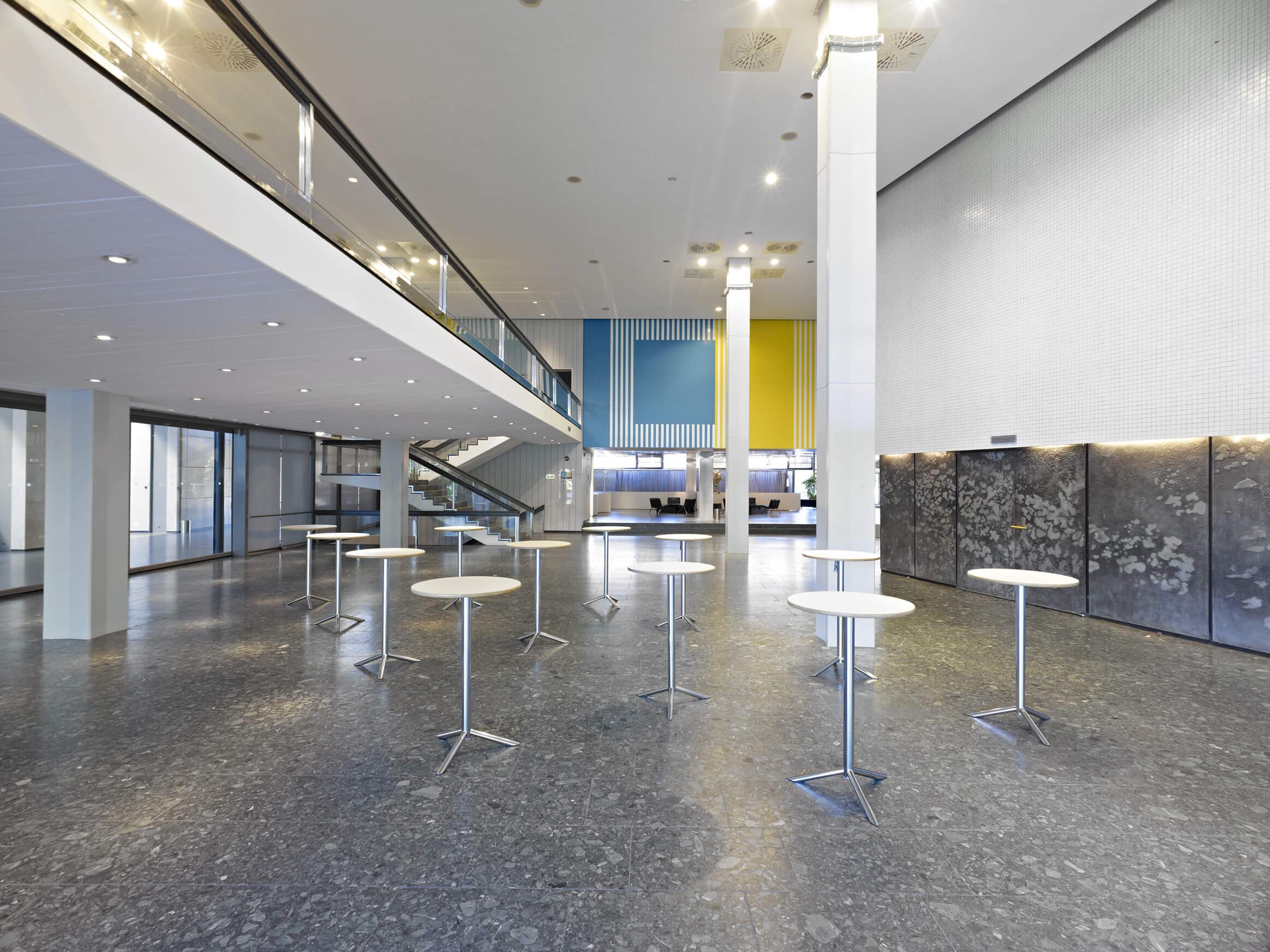 Foyer West in der Congresshalle mit Stehtischen und Blickrichtung zum Haupteingang
