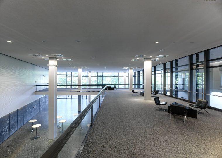 Empore Foyer West in der Congresshalle mit Sitzgelegenheiten und Blickrichtung zur Saar