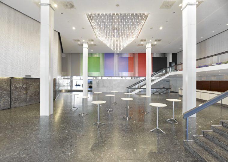 Grosses Foyer Ost in der Congresshalle mit Stehtischen und Blickrichtung zum Haupteingang