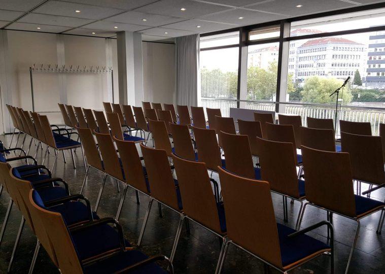 Konferenzraum 3 in der Congresshalle in Reihenbestuhlung mit Blickrichtung Fenster