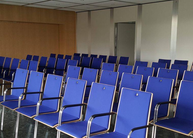 Konferenzraum 3 in der Congresshalle in Reihenbestuhlung mit Blickrichtung Rolltor