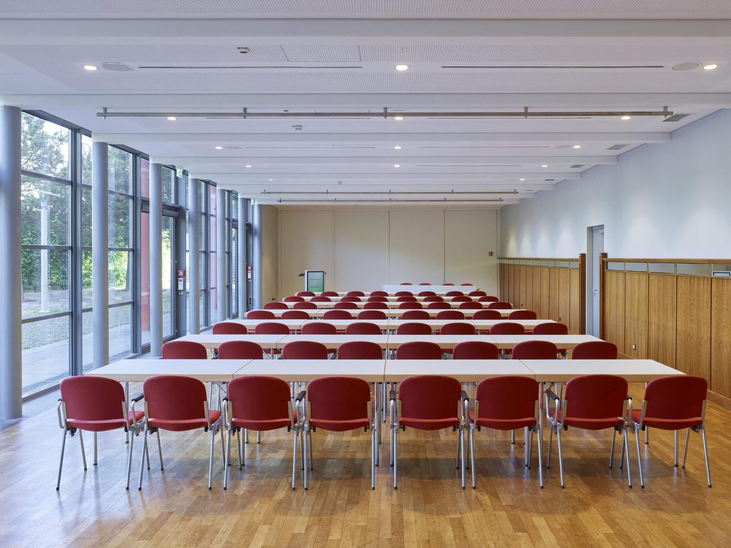 Raum ParkBlick in der Congresshalle Parlamentarische Bestuhlung Rednerpult Vorstandstisch