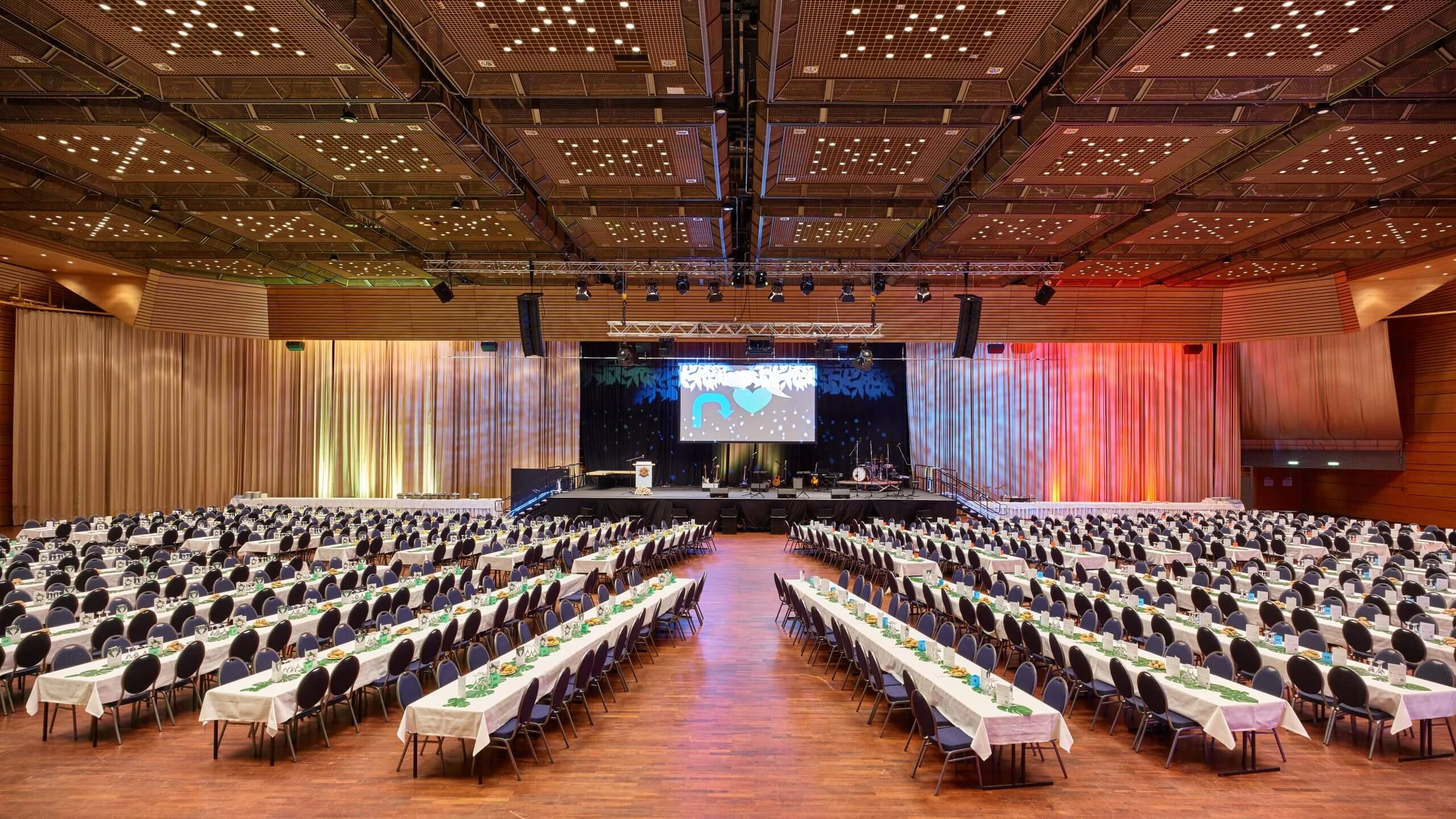Grosse Halle in der Saarlandhalle mit Bankettbestuhlung im Innenraum bei einem Abiball