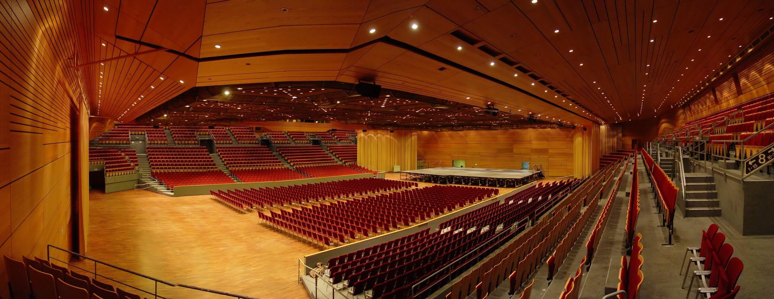 Grosse Halle in der Saarlandhalle in Reihenbestuhlung mit Blick vom Block B
