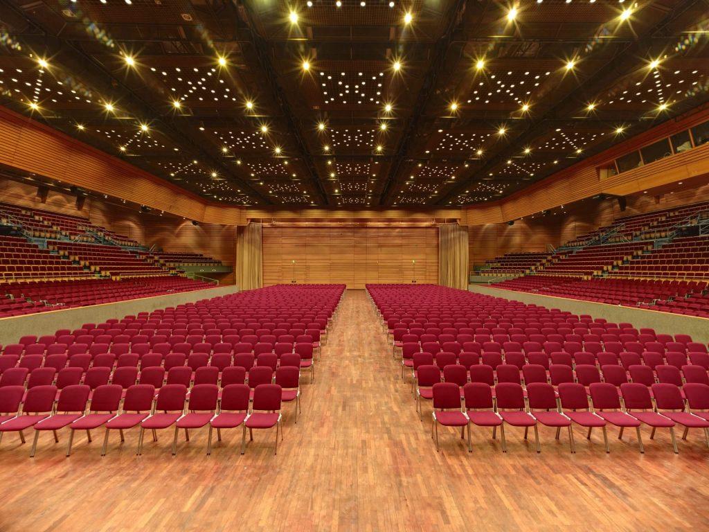 Grosse Halle in der Saarlandhalle in Reihenbestuhlung mit Blick von der Bühne