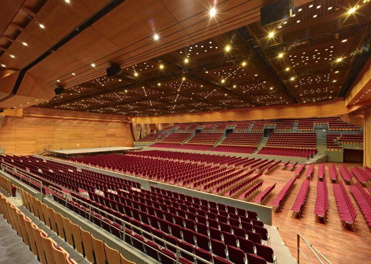 Grosse Halle in der Saarlandhalle in Reihenbestuhlung mit Blick von Block A