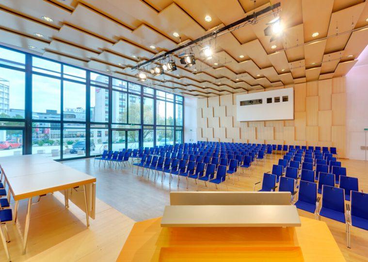 Saal Ost in der Congresshalle in Reihenbestuhlung mit Blickrichtung Regie