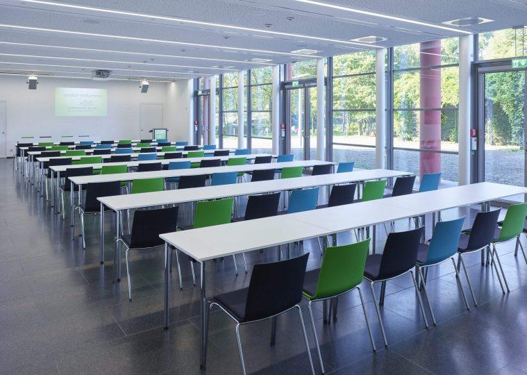 Raum SaarUfer in der Congresshalle in Parlamentarischer Bestuhlung mit Blickrichtung Buergerpark