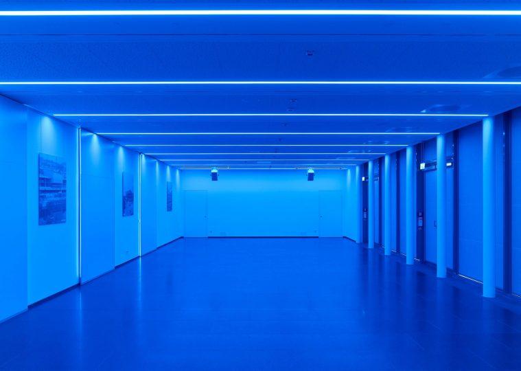 Raum SaarUfer in der Congresshalle unbestuhlt blau beleuchtet