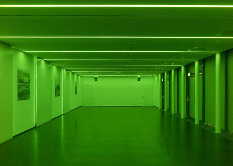 Raum SaarUfer in der Congresshalle unbestuhlt gruen beleuchtet