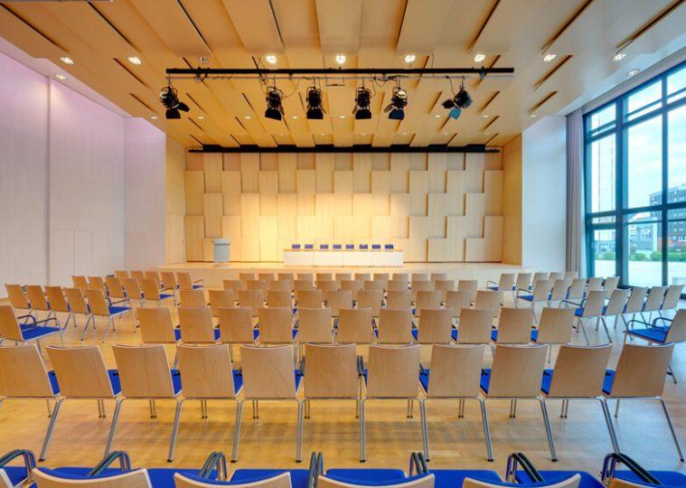 Saal Ost in der Congresshalle in Reihenbestuhlung mit Blickrichtung Buehne
