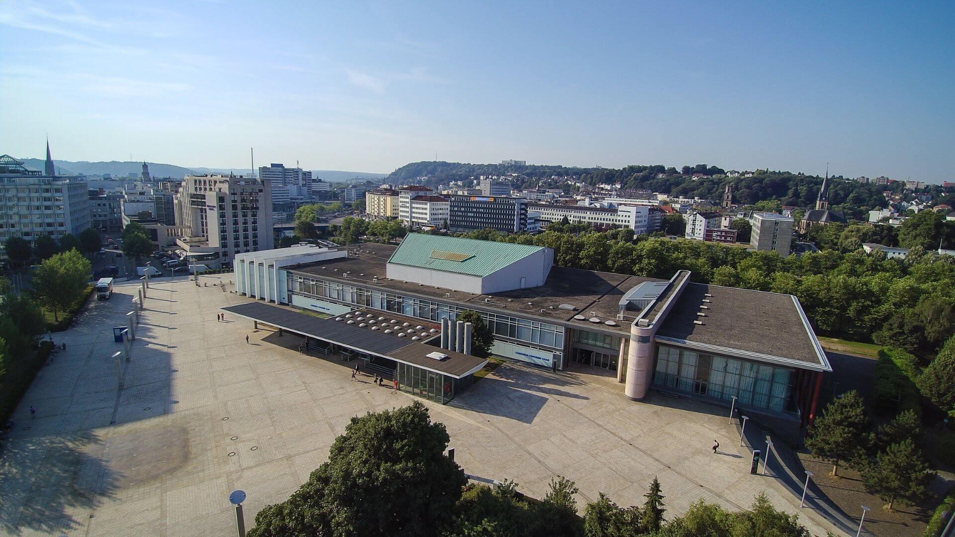Congresshalle Luftaufnahme Vorplatz copyright Fotolutz