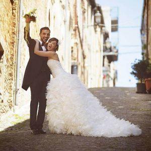 Pressbild quadratisch TRAU Hochzeitsmesse Brautpaar in der Strasse