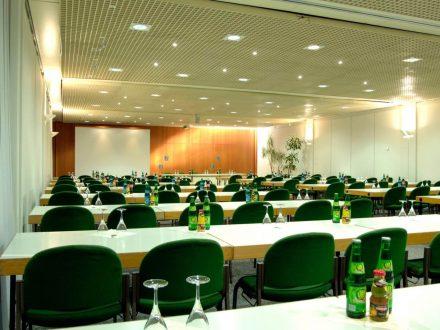Saarlandhalle Saal 2 Parlaentarishe Bestuhung eingedeckt Leinwand