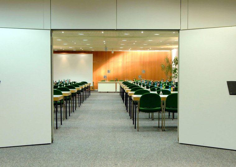 Saarlandhalle Saal 3 Blick durch Tuer in Saal 2
