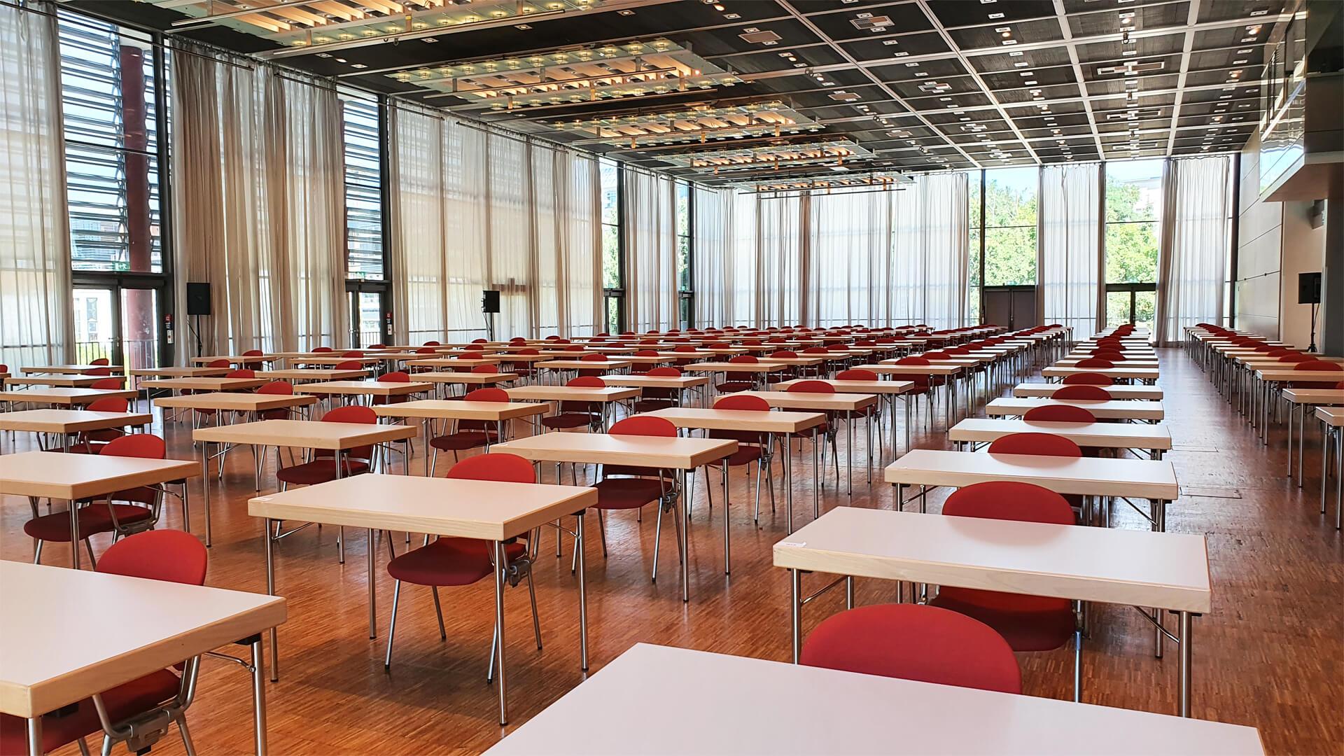 Saal West Congresshalle Coronabestuhlung Einzeltische mit Abstand dazwischen